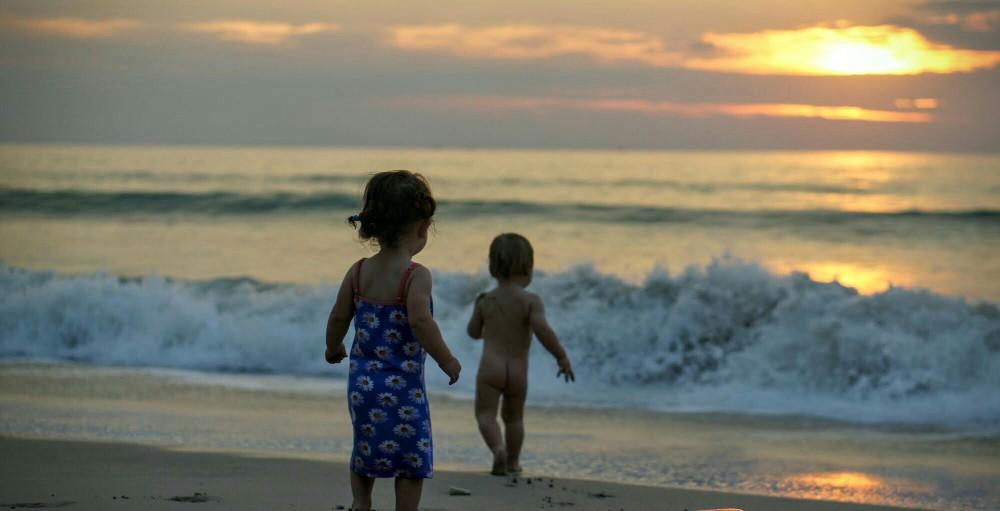 Kinder am Strand von Ko Lanta, Thailand