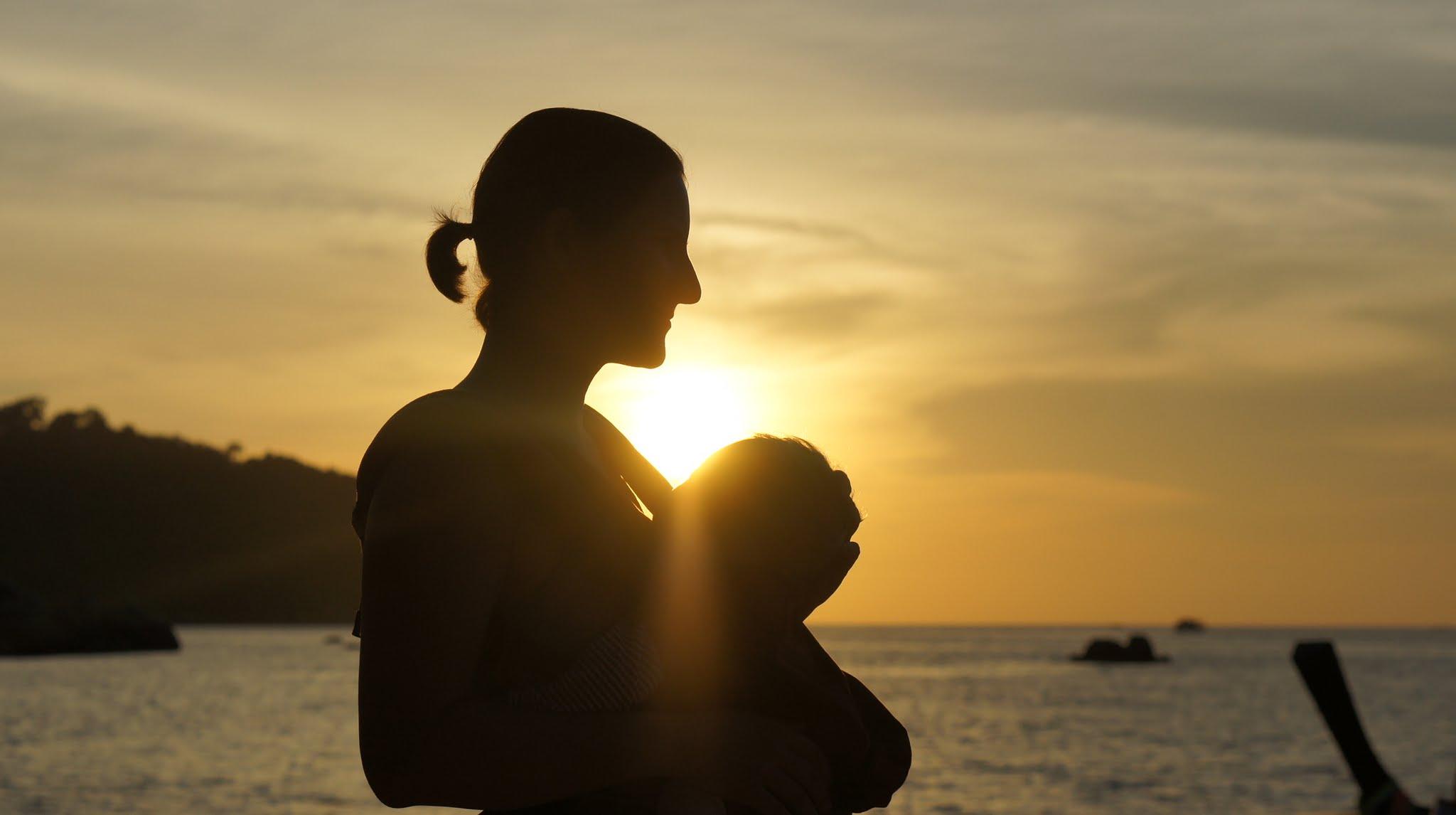 Mutter mit Baby am Sunset Beach auf Ko Lipe Thailand