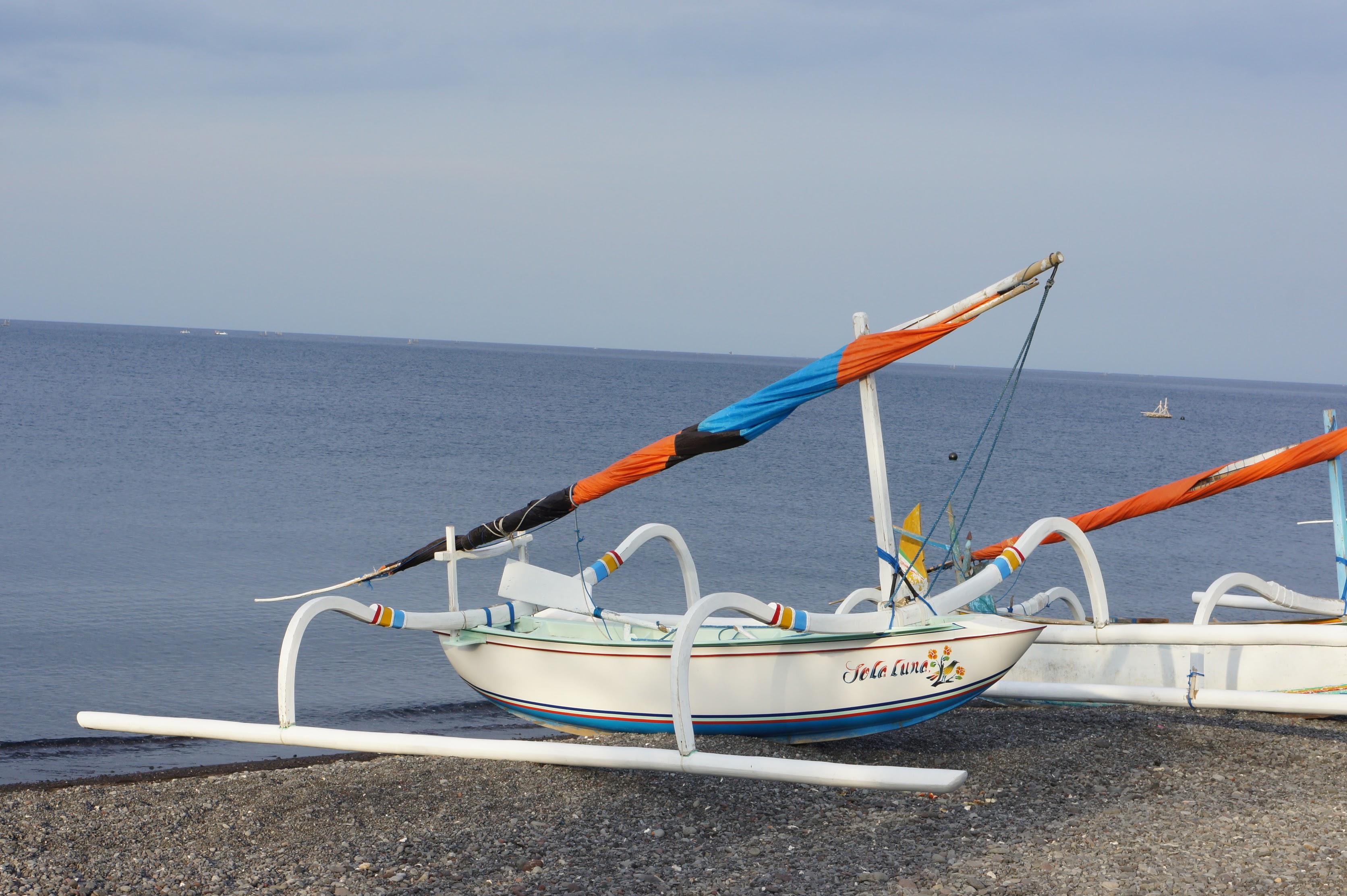 Drachenboot am Strand von Sanur, Bali