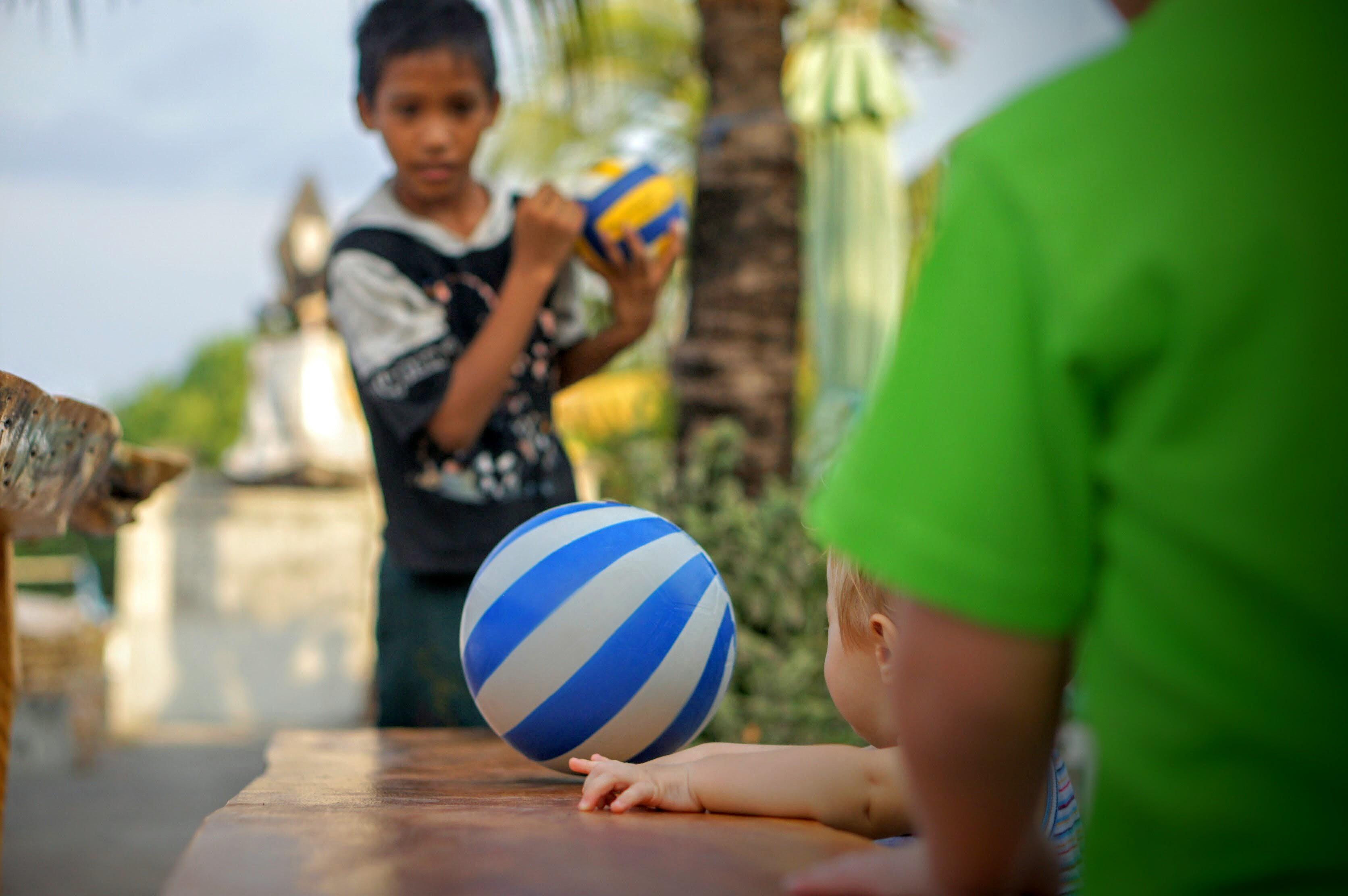 Kinder spielen Ball auf Bali
