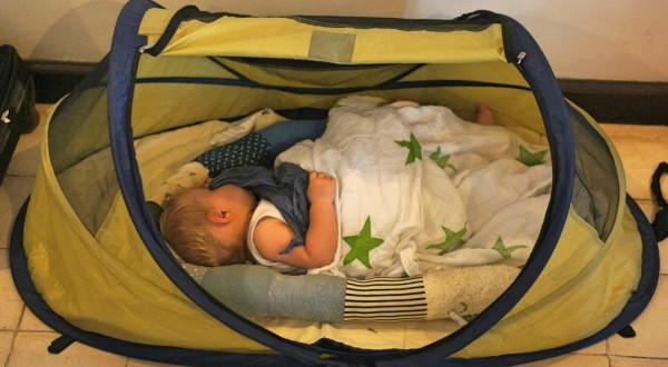 Baby schlaeft im Babyzelt